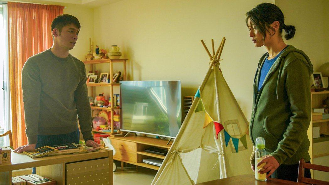 溫昇豪(左)劇中因工作與妻子爭執不斷。圖/公視、myVideo提供