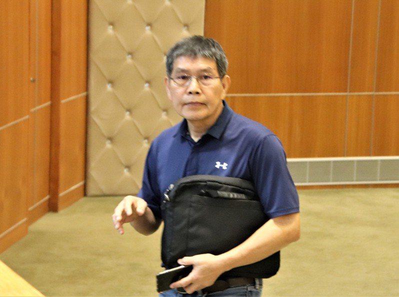 新竹縣議員何智達今天在議會總質詢中提出放寬敬老津貼領取資格的議題。記者陳斯穎/攝影
