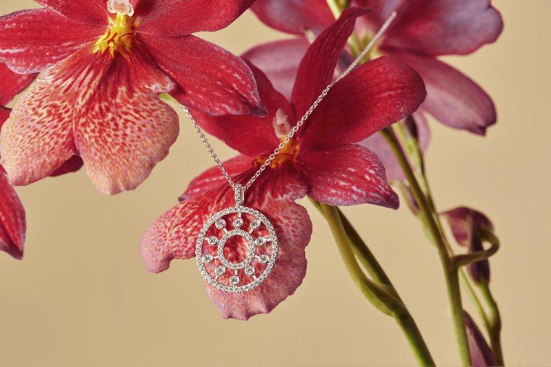 DE BEERS Dewdrop系列18K白金鑽石圓牌吊墜項鍊,11萬7,000元。圖/DE BEERS提供