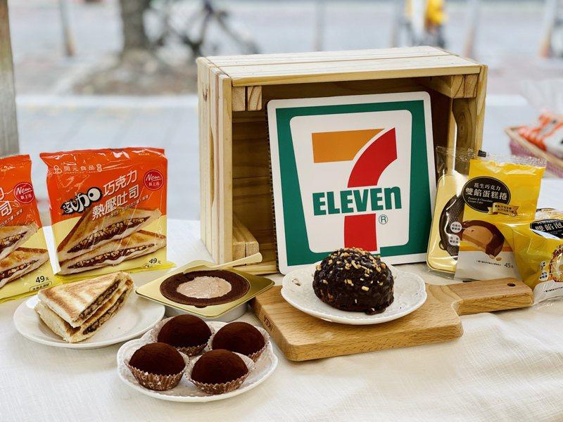 7-ELEVEN將從5月5日起推出4款77乳加巧克力聯名甜點、熱壓吐司新品。記者黃筱晴/攝影