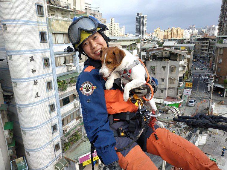 領犬員羅浩芳帶著搜救犬「浩克」進行高處垂降訓練。圖/新北市消防局大埔分隊提供