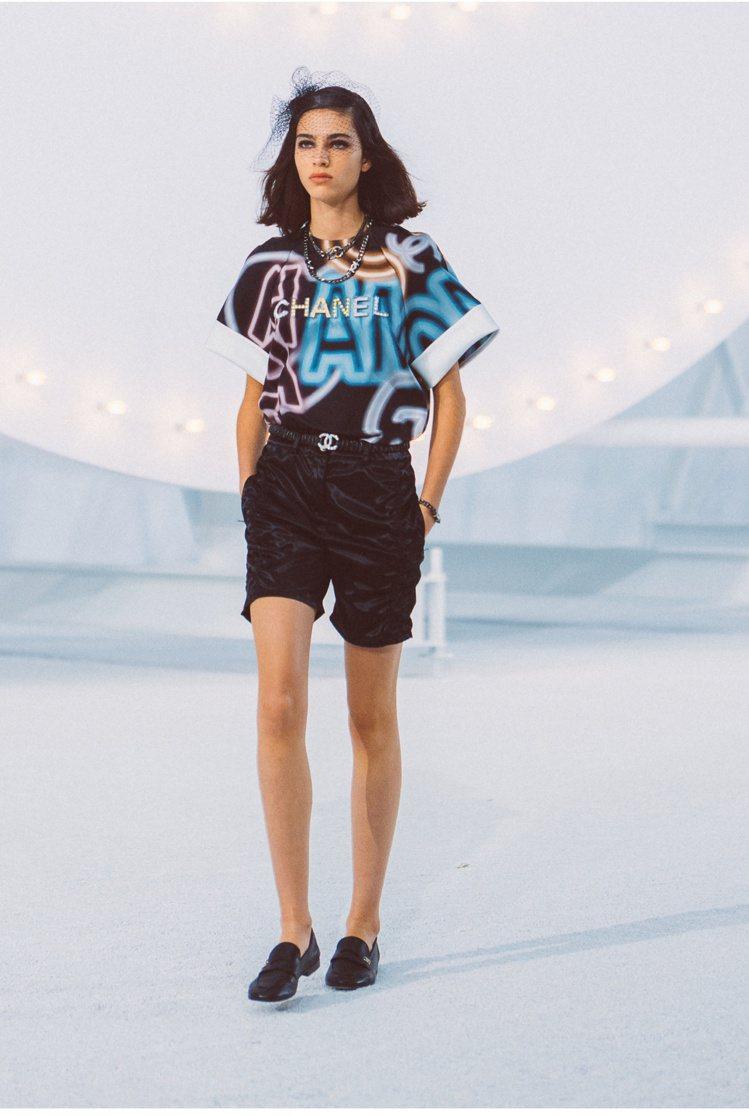 在去年發表的香奈兒2021春夏系列大秀中,就可以看到許多模特兒們穿上樂福鞋,簡約...