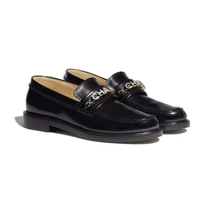 黑色小牛漆皮樂福鞋,45,000元。圖/香奈兒提供
