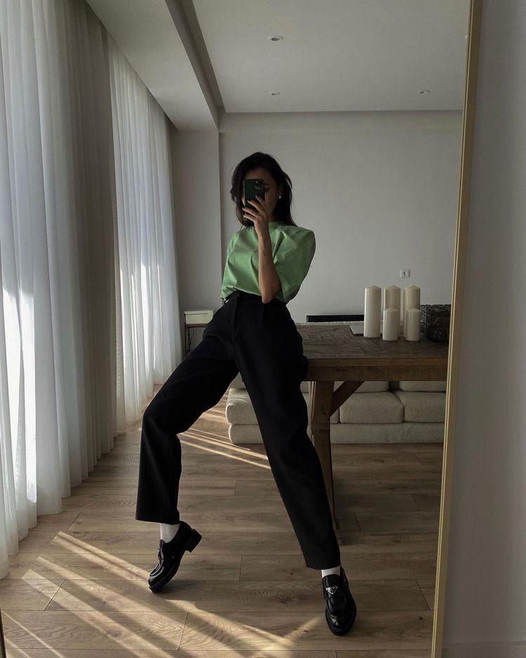 Prada這幾年積極強調三角Logo的魅力,旗下一雙拋光皮革橡膠厚底樂福鞋就是搭...