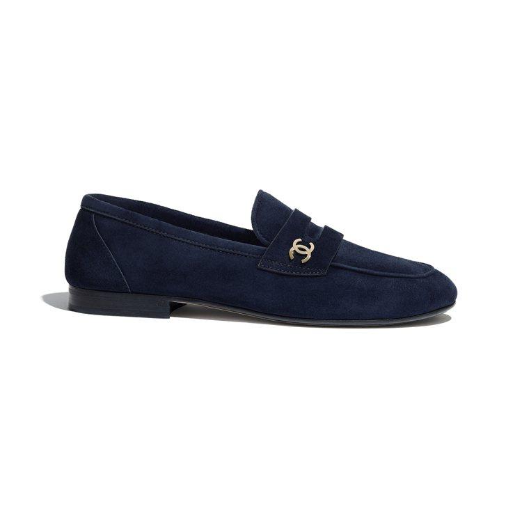 海軍藍麂皮樂福鞋,32,100元。圖/香奈兒提供