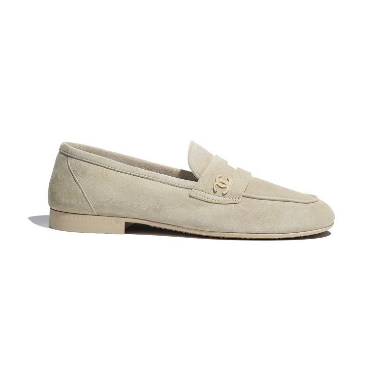 米色麂皮樂福鞋,32,100元。圖/香奈兒提供