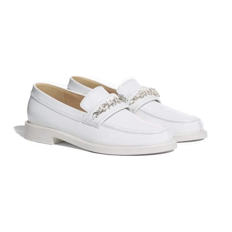 白色小牛漆皮樂福鞋,45,000元。圖/香奈兒提供