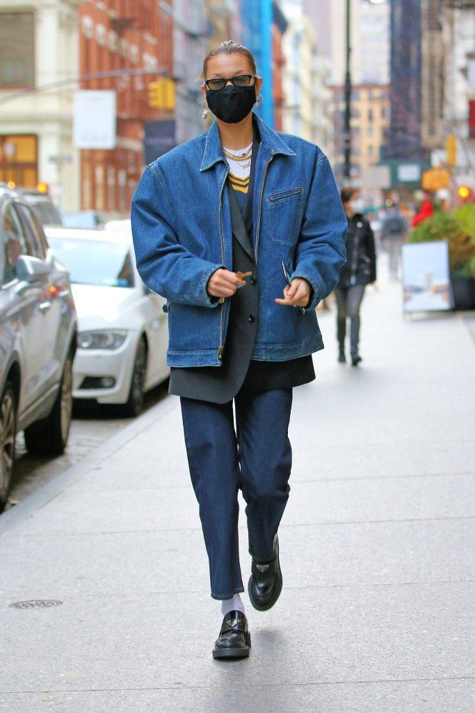 貝拉哈蒂德穿Prada橡膠厚底樂福鞋上街。圖/摘自footwearnews.co...