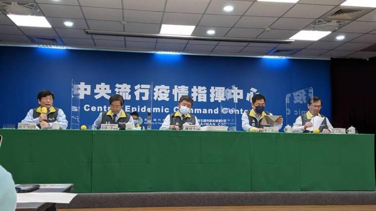 第一排由左到右為中央流行疫情指揮中心疫情監測組組長周志浩、專家諮詢小組召集人張上...