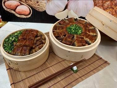 新東陽服務區(關西、西湖、清水、南投)推出由料理長楊勝閔獨家研發的「鰻魚便當」。 圖/新東陽提供