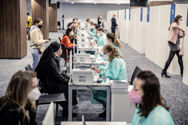 4月24日在斯洛伐克首都布拉提斯拉瓦,民眾等候接種AZ疫苗。圖/紐約時報
