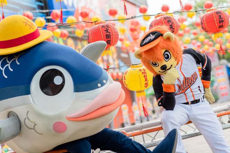 台南球場在廟宇季期間變身,獅隊吉祥物萊恩邀請魚頭君一起示範拍網美照。圖/統一獅隊提供