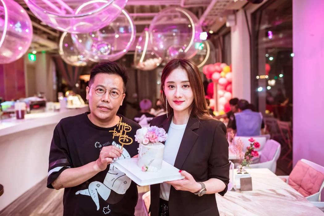「山中森林」導演姜寧獻上翻糖蛋糕祝陳德容生日快樂。圖/禾力文創提供