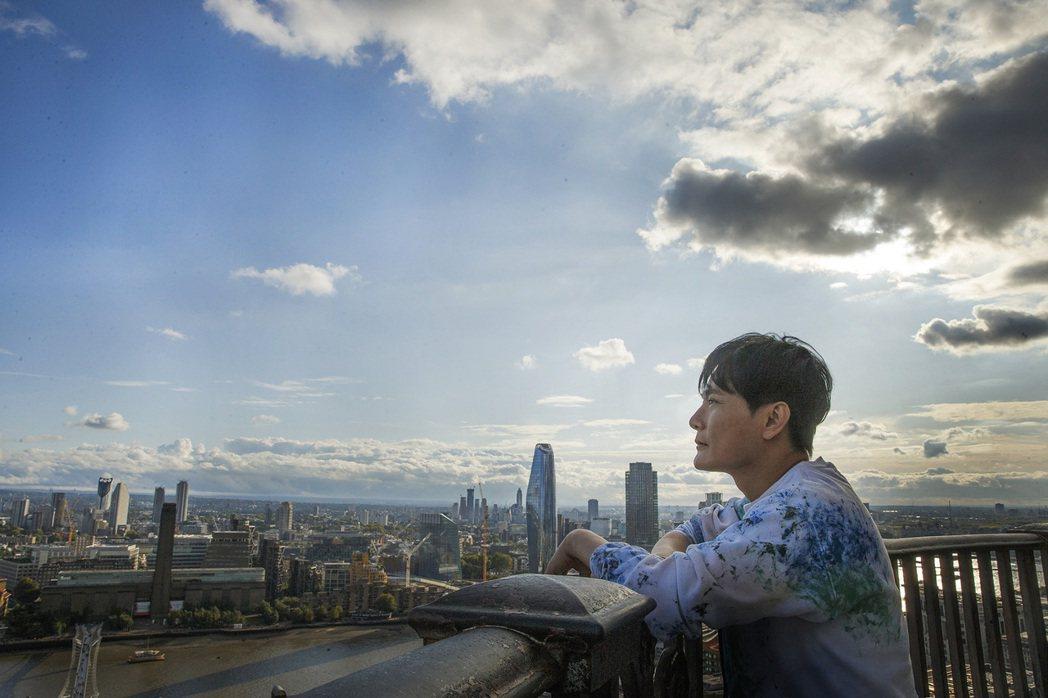 張信哲在英國倫敦取景拍攝新專輯照片。圖/潮水音樂提供