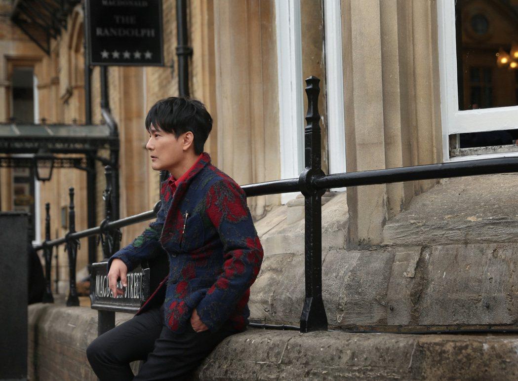 張信哲為了全新作品,先赴英國倫敦取景。圖/潮水音樂提供