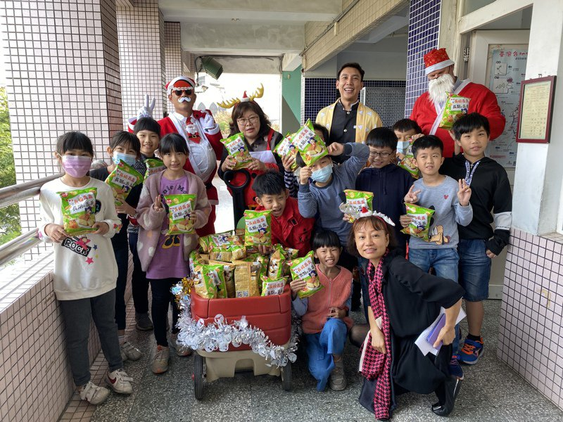 屏東縣唐榮國小課程發展多元活潑,圖為去年耶誕節活動情況。本報資料照片