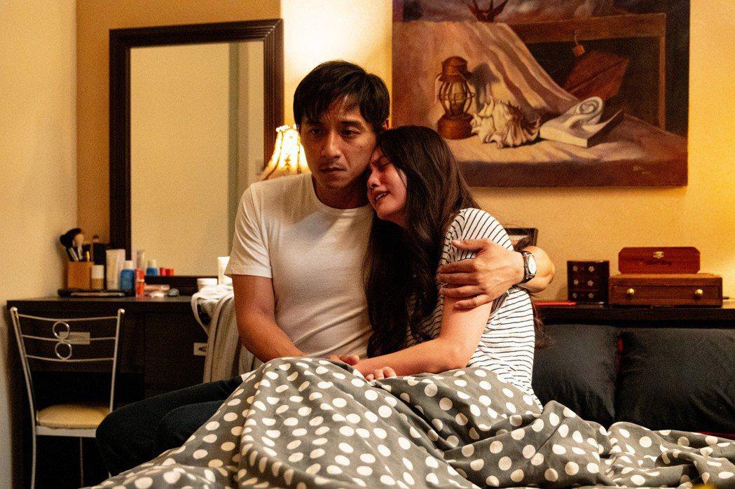 鄭人碩(左)與楊丞琳在「靈語」演夫妻。圖/甲上提供
