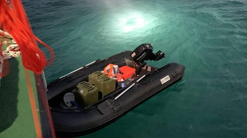 一名男子自稱從大陸福建開橡皮艇到台灣要投奔自由,日前在台中港碼頭被發現。記者游振昇/翻攝