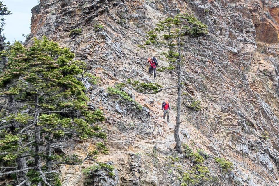 男子爬品田山疑未拉好繩索 不慎墜谷200米亡