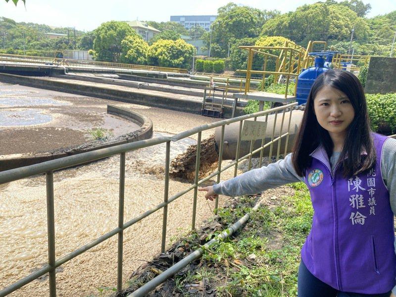 桃園市議員陳雅倫指龜山水資源回收中心超收水肥,溢出汙染附近河川和道路,民眾苦不堪言。圖/陳雅倫提供
