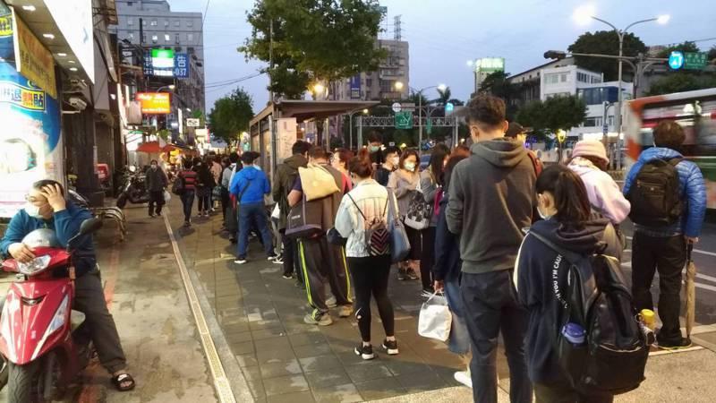捷運永寧站旁共有32條公車路線,每天可見排隊等公車人潮。圖/江怡臻服務處提供