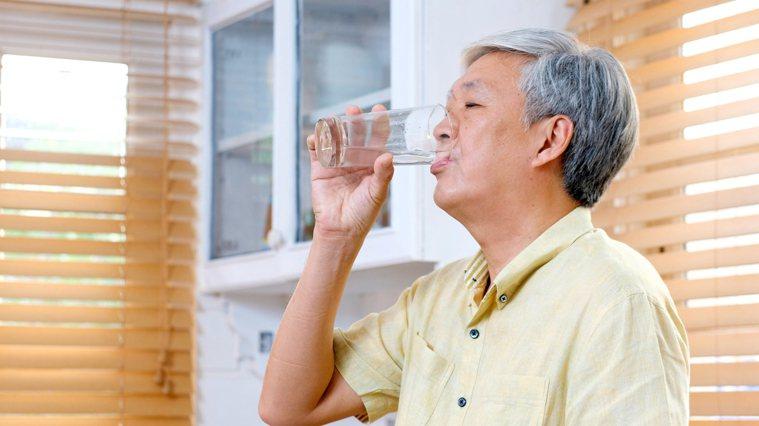 年長者水分攝取不足,恐致泌尿道感染,甚至自言自語、精神恍惚,嚴重影響生活品質。圖...
