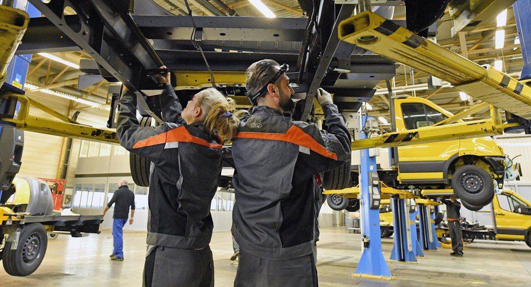 福特兩座德國廠自3日起減產,縮減約5千人工作時間,圖為福特科隆廠生產線上的員工。...