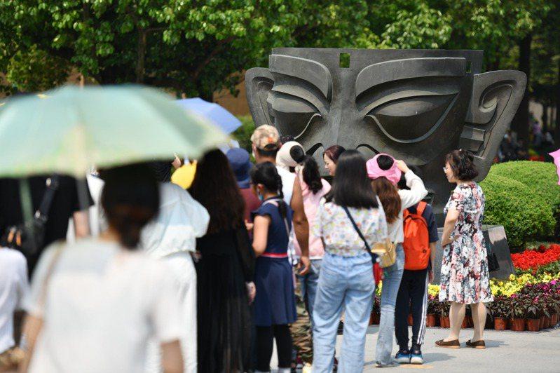 大陸五一小長假掀「考古遊」熱潮。圖為民眾參觀三星堆博物館。(中新社)
