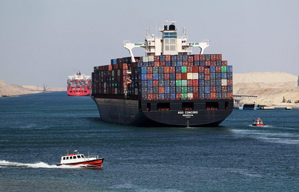 自長賜號3月底擱淺在蘇伊士運河後,貨櫃船運費勁漲逾10%至歷史新高。路透