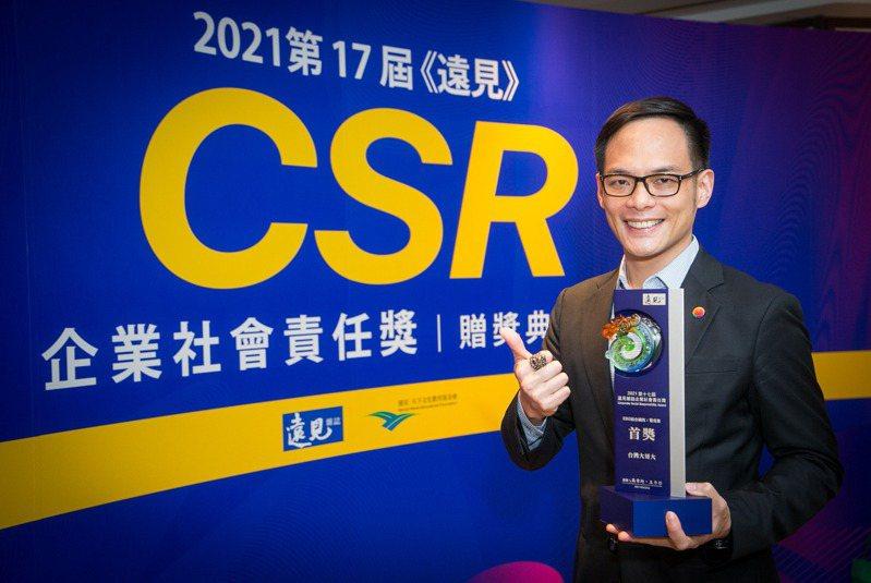 台灣大哥大拿下ESG綜合績效電信業組「首獎」,總經理林之晨表示,希望台灣大成為ESG永續先鋒,並期望台灣大在2040年前100%使用再生能源,為地球永續貢獻心力。台灣大/提供