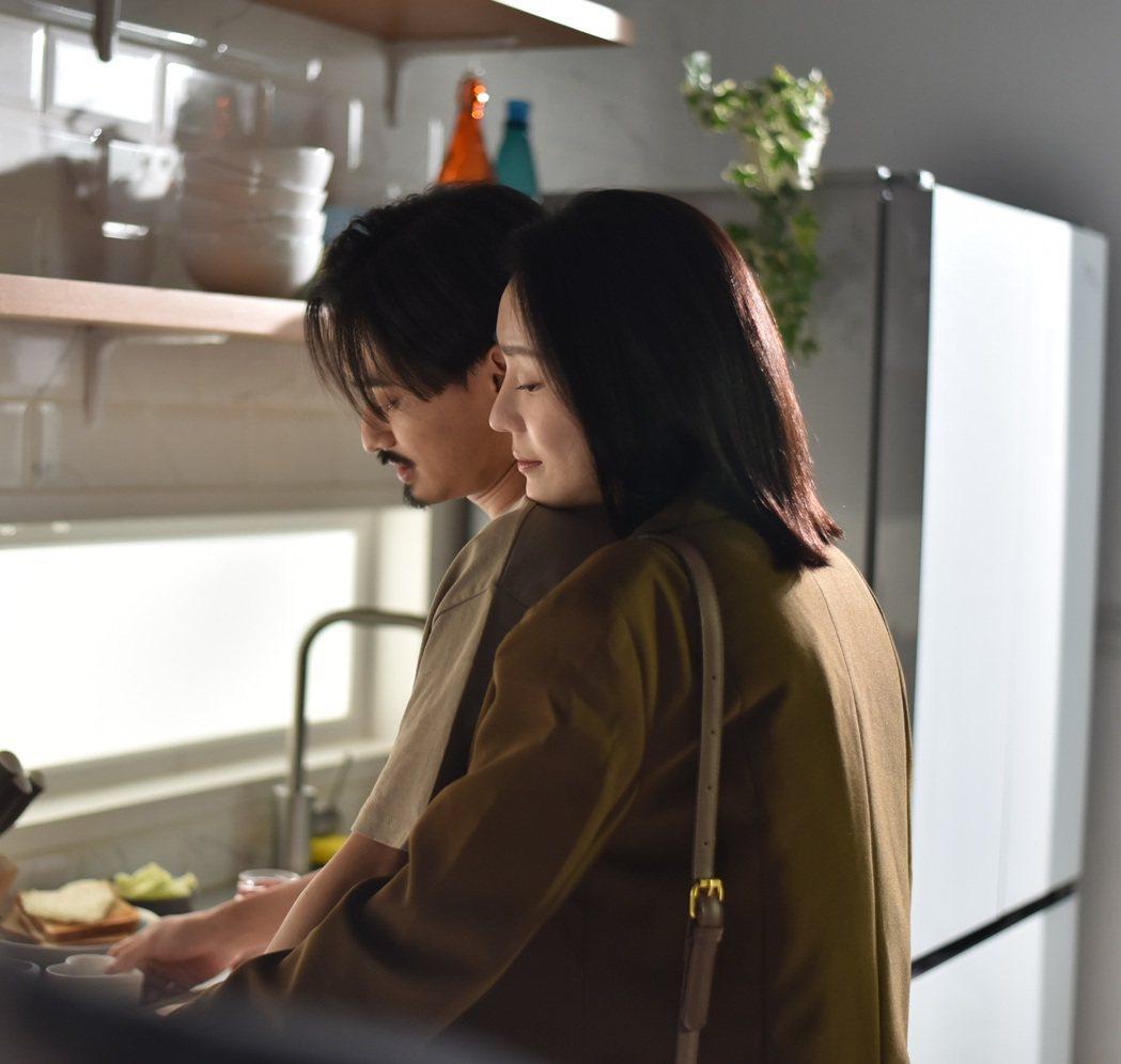 劉學甫(左)和李韋熹合作,在MV中飾演一對貌合神離的夫妻。圖/量子娛樂提供