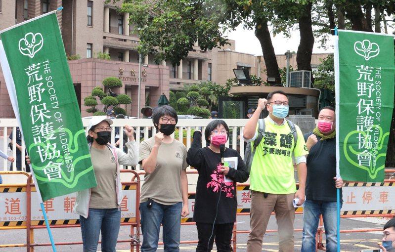 藻礁公投推動聯盟、台灣蠻野心足生態協會等環團,昨天下午在行政院門口舉行記者會,批評三接替代方案不是雙贏,而是多輸。記者蘇健忠/攝影