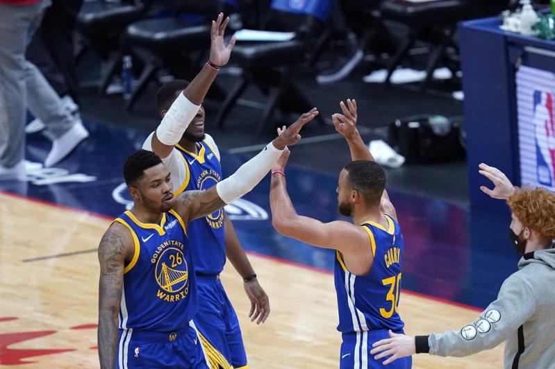 柯瑞(Stephen Curry)狂轟8記三分球,豪取41分8助攻4籃板,率勇士擊退鵜鶘,繼續衝刺季後賽排名。 美聯社