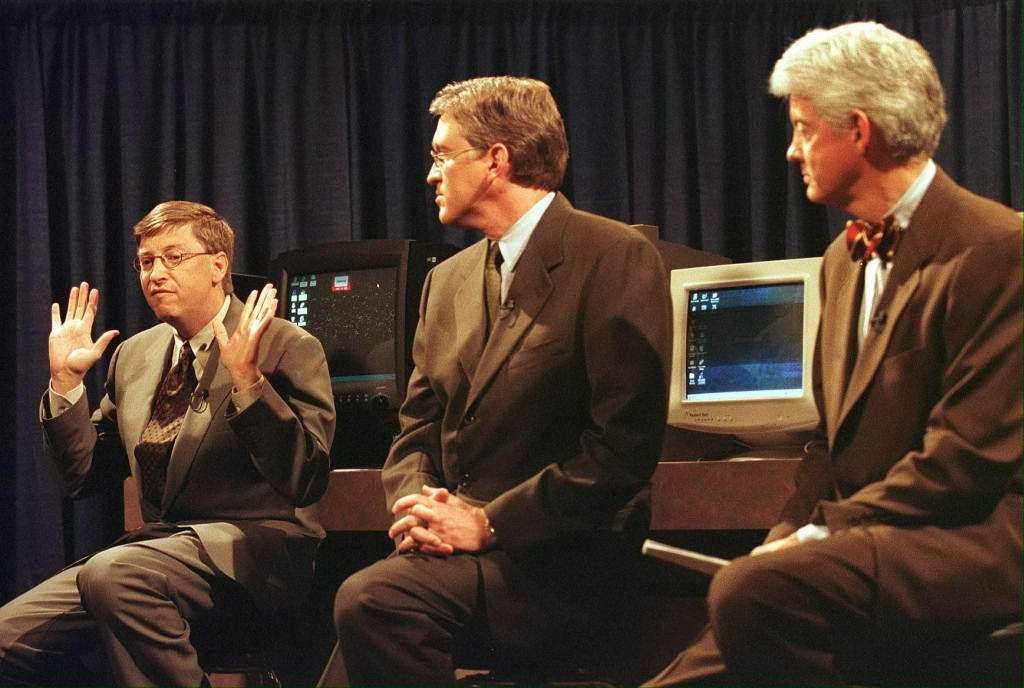 圖為1998年一場新聞發布會上,比爾蓋茲(左)、集團副總裁以及法律與公司事務高級...
