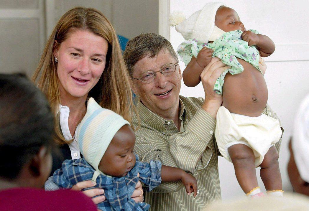 圖為2003年前往莫桑比克的比爾蓋茲與梅琳達。 圖/歐新社