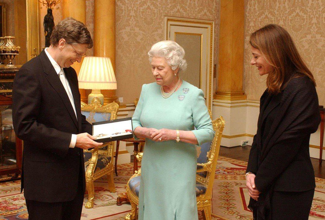 圖為2015年,比爾蓋茲因其對世界的慈善捐贈和對英國企業做出的貢獻,因此獲得英國...