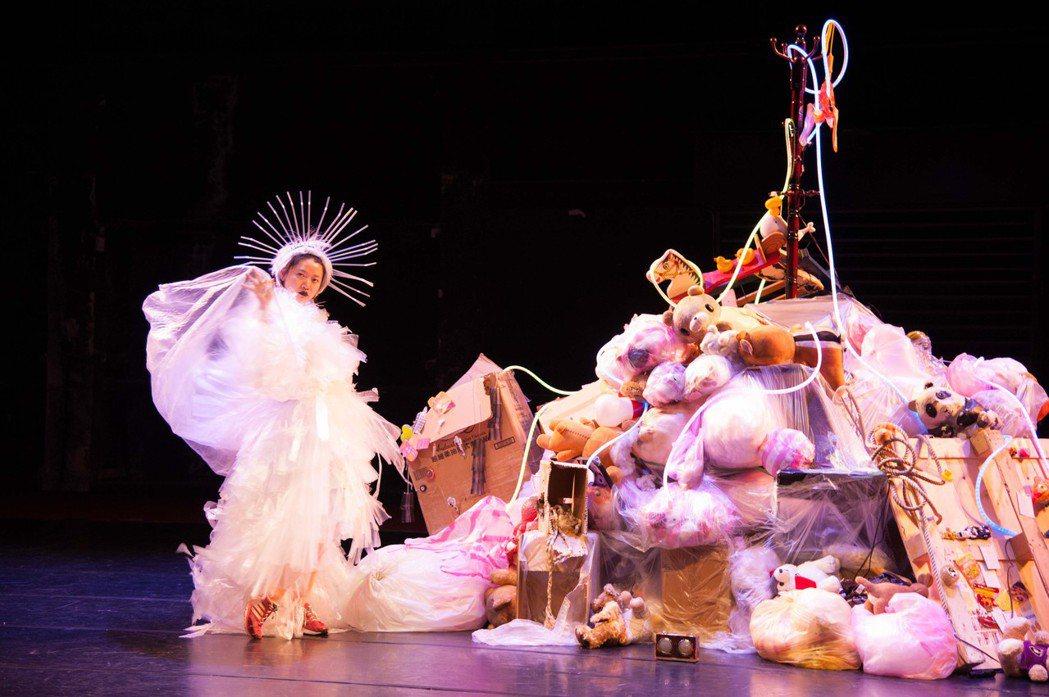 綠森林劇照,以廢棄垃圾堆積的舞台佈景。 圖/鄒雅荃提供