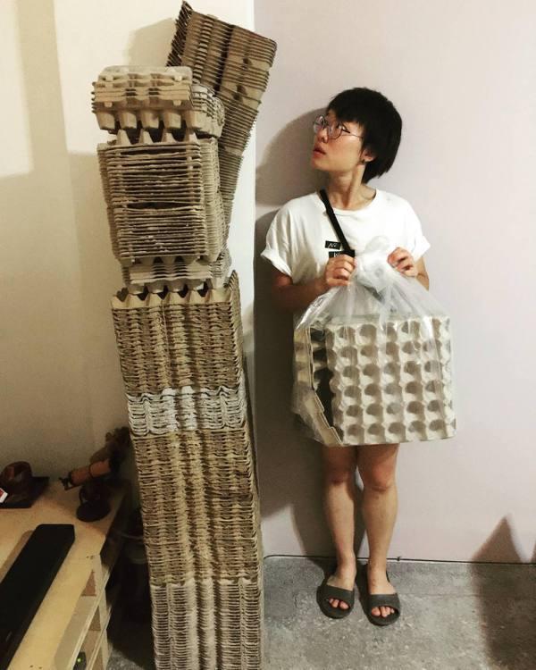 用紙蛋盒打造舞台佈景。 圖/鄒雅荃提供
