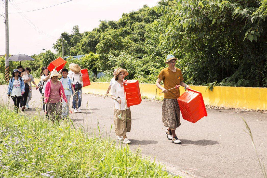 夯夯南埔一日遊,演員與社區打擊樂團帶著民眾一起遊村。 圖/鄒雅荃提供