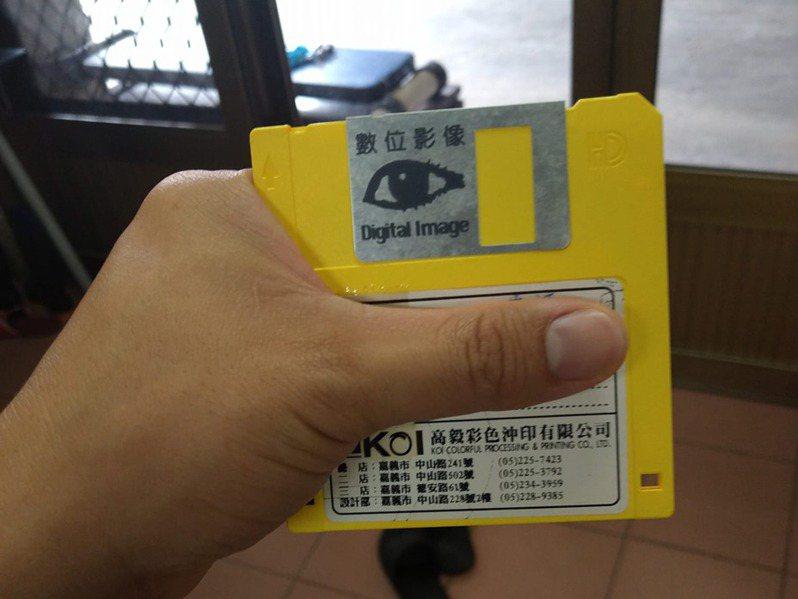 一位網友的阿嬤想洗照片,原始檔是存在老式軟磁中,讓網友一時不知該如何處理。圖擷自《路上觀察學院》