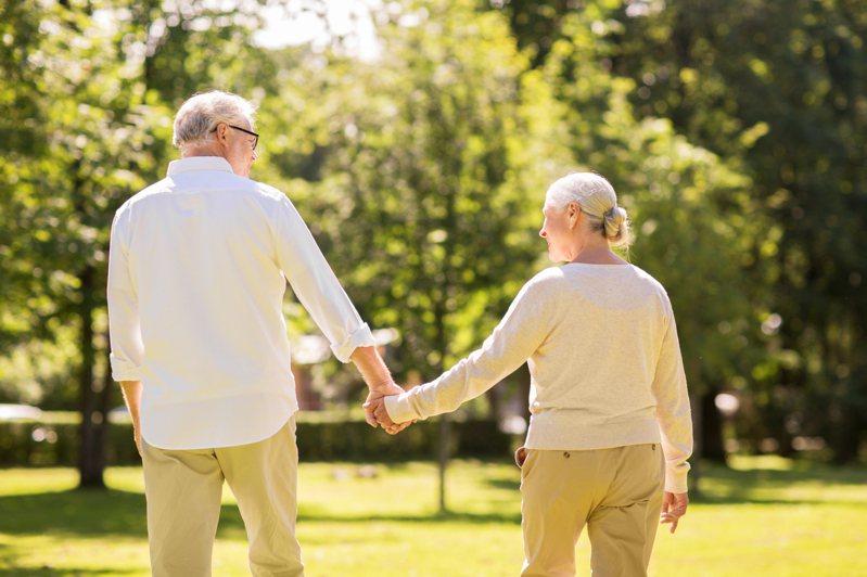患有失智症的老夫妻,靠著老先生在軍隊學到的技巧,破解安養中心房門密碼逃出。圖/取自:ingimage(示意圖,非當事人)