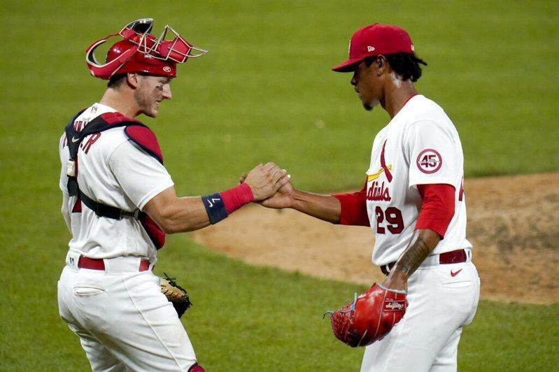 紅雀終結者雷耶斯(Alex Reyes,右)驚險守成。 美聯社。