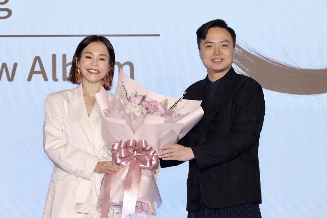 彭佳慧(左)新專輯「太難唱了」發片記者會,索尼音樂總經理Kevin(右)贈花 。...