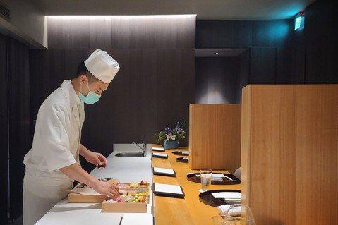 疫情中「牡丹 天ぷら」不惜犧牲座位數,特別訂製木隔板確實拉開各組用餐客人間的距離...