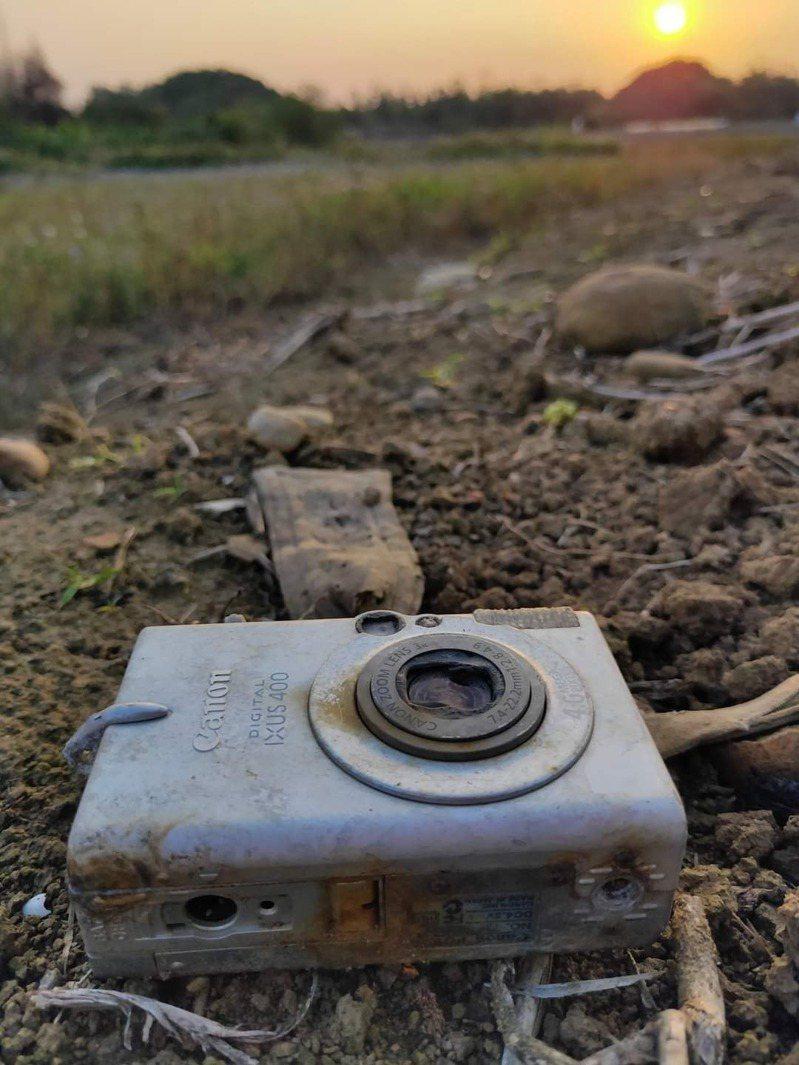 日前有網友在路邊發現一台2003年出產的數位相機,勾起許多人「時代的眼淚」。 圖擷自路上觀察學院