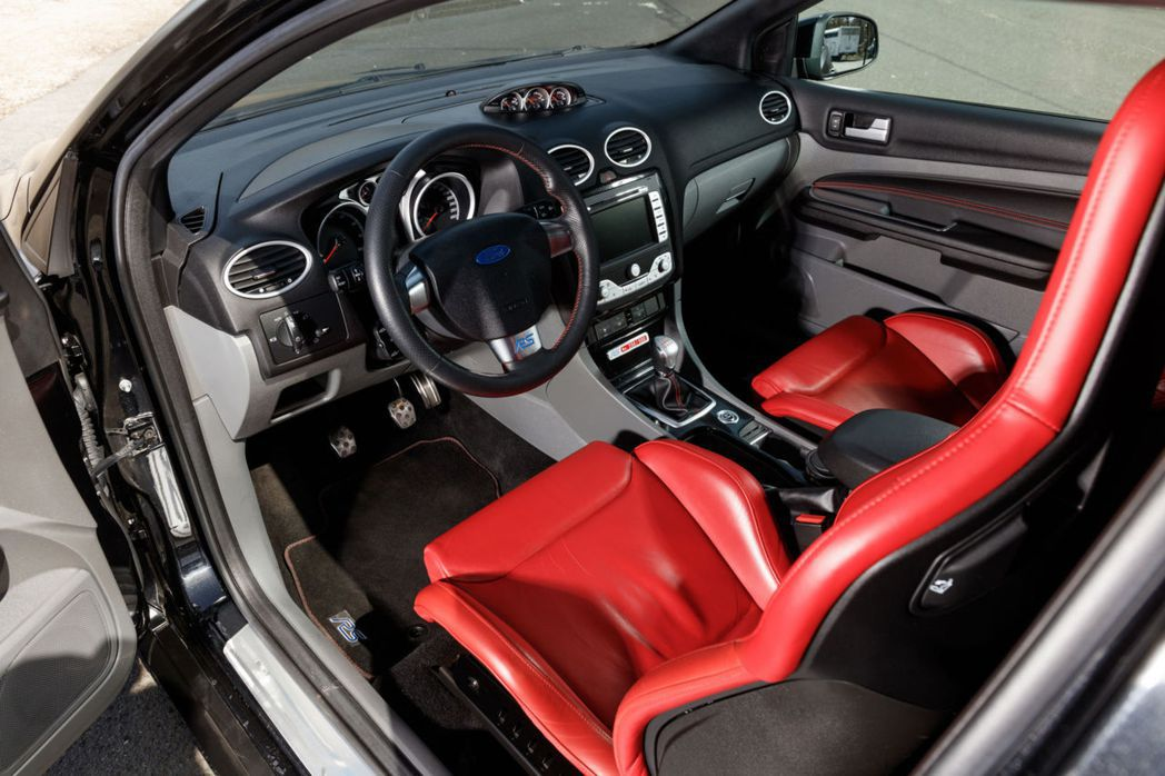 RS500內裝最突出的莫過於兩張鮮紅色Recaro賽車座椅。 摘自RM Soth...