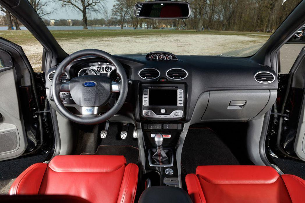 內裝紅色的皮革與紅色車縫線點綴飾RS500專屬配置。 摘自RM Sotheby'...