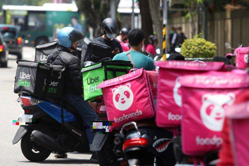 疫情期間,許多民眾依賴外送平台購買生鮮雜貨,卻造成外送員的巨大負擔。圖/聯合報系資料照片