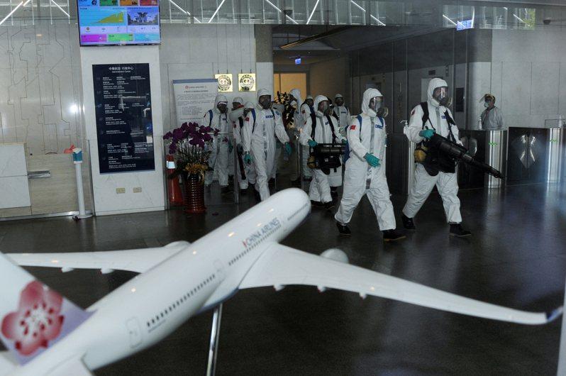 華航機師染疫擴大,圖為國軍三三化學兵群2日前往華航園區,針對行政中心、組員中心、訓練中心3棟建築進行深度消毒作業。中央社