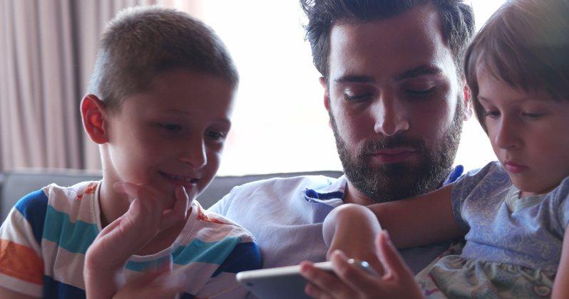 一名年僅30歲男子目前已是3個小孩的爸爸, 他在網上分享「14歲當爸」的人生故事讓網友全驚呆了。示意圖/ingimage